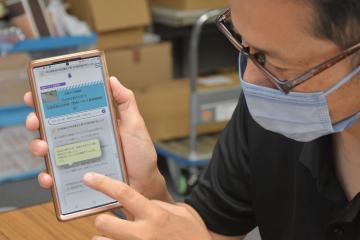 ウェブ版のマイ・タイムライン作成手順を説明する県防災・危機管理課職員=県庁