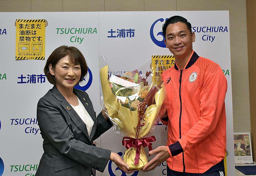 落合知也選手(右)に花束を手渡す安藤真理子市長=土浦市役所