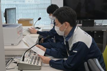 防災ラジオを通じ訓練用の情報を発信する市職員=水戸市役所