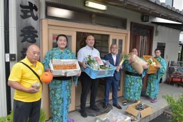 「地元食材、力に」 茨城・龍ケ崎市、式秀部屋に差し入れの画像