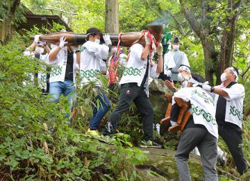 巨大きせるを奉納し葉タバコの収穫に感謝する「きせる祭り」=加波山頂付近