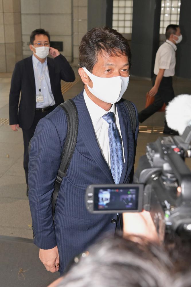 初登庁し、報道陣の質問に答える大井川和彦知事=県庁、吉田雅宏撮影