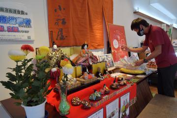 店舗に飾られる創作びなと菊被綿=土浦市大和町、高松美鈴撮影