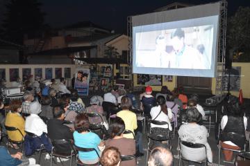 2年ぶりに開催された一夜限りの野外上映会「懐かシネマ」=常総市水海道宝町
