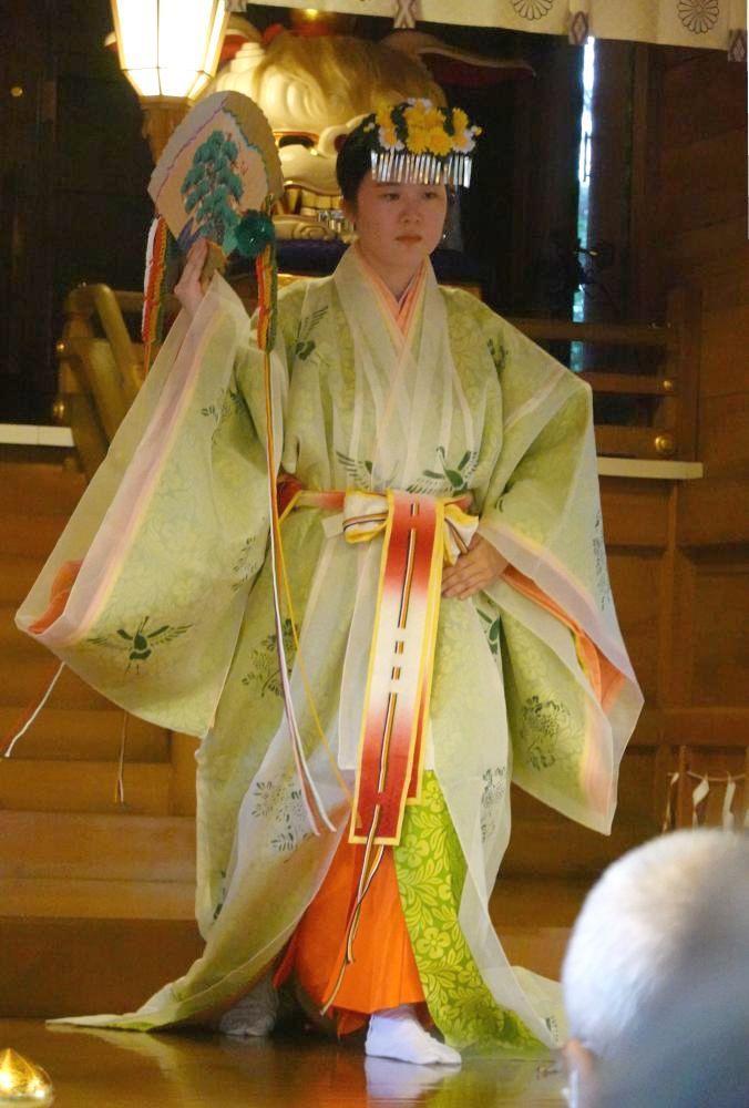 例祭(石岡のおまつり)で奉納されたみこの舞=石岡市総社の常陸国総社宮