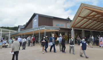 オープン初日に多くの買い物客らが訪れた道の駅かさま=笠間市手越