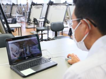 水戸工業高で実施されたVRを使ったオンライン授業=水戸市元吉田町