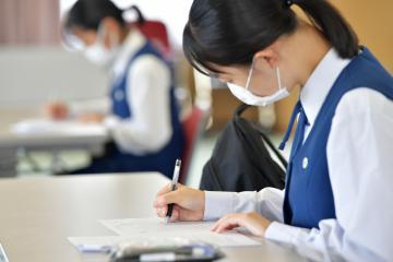 就職を希望する高校生の採用選考が解禁され、金融機関の採用試験に臨む女子高生=水戸市内、鹿嶋栄寿撮影