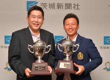 プレーオフを制し、初優勝を飾った熊谷淳・山中将次組(左から)=宍戸ヒルズCC、高松美鈴撮影