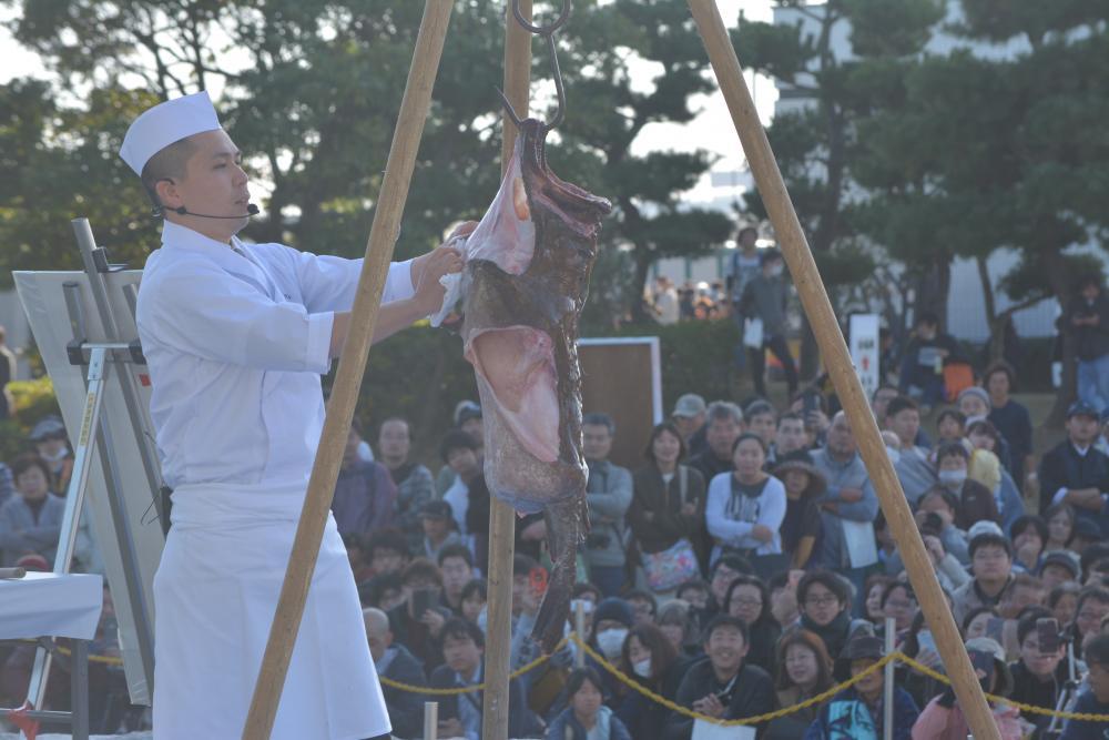 「大洗あんこう祭」のアンコウつるし切りの実演=2019年11月17日、大洗町港中央