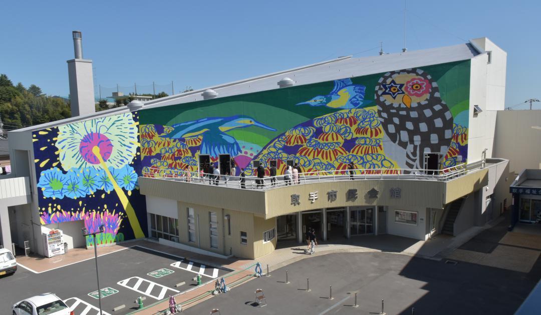 茨城・取手市民会館の壁面に巨大絵画 カワセミとフクロウ、花火の画像