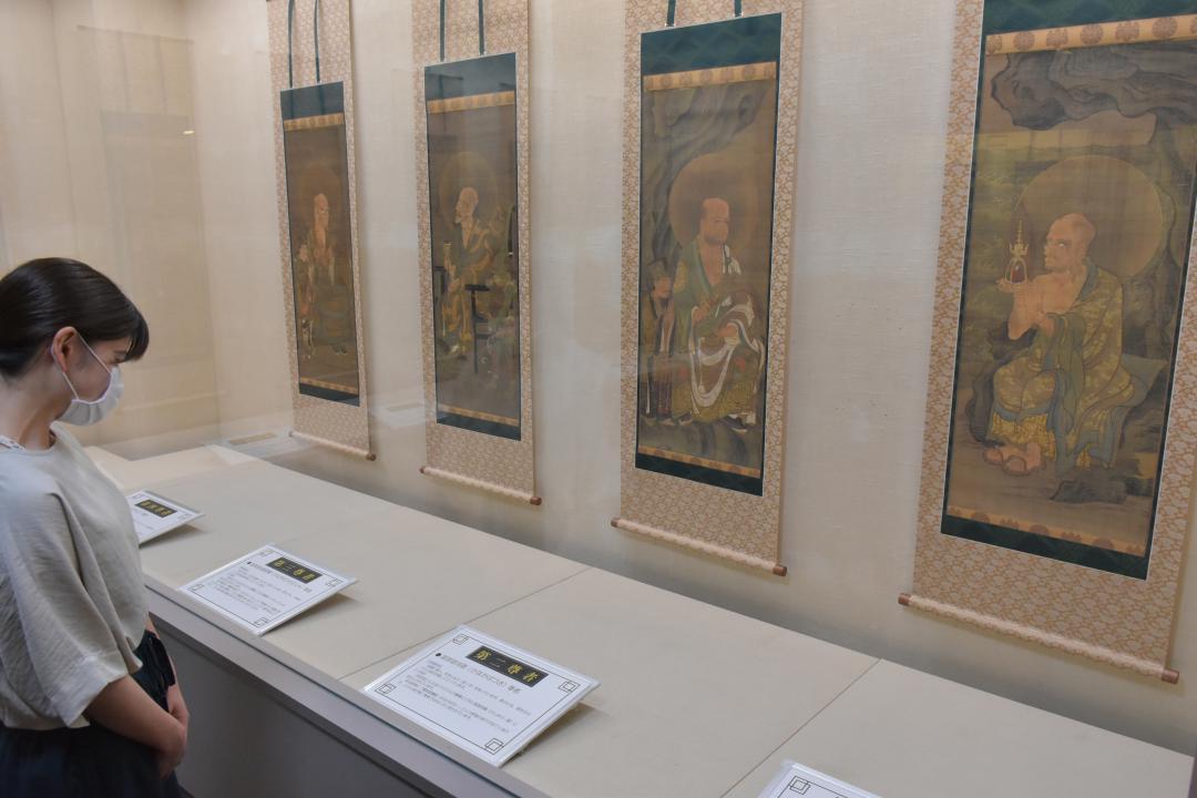 絹本著色十六羅漢像 最新技術で忠実再現 茨城・龍ケ崎 複製を一般公開の画像