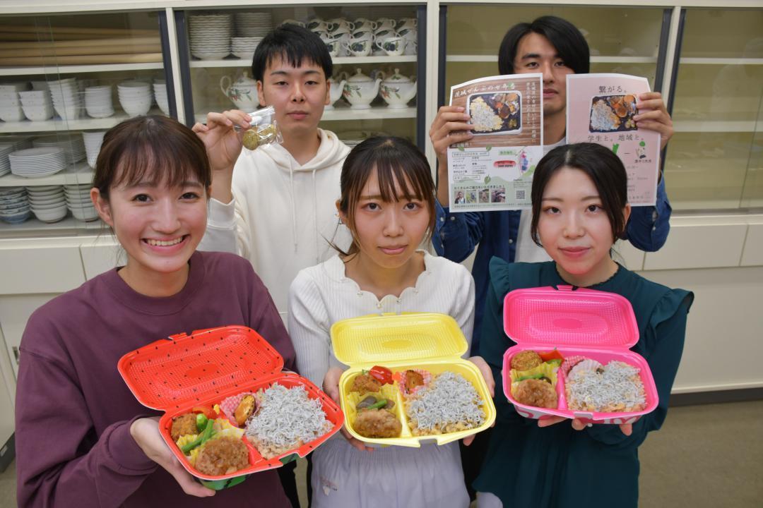 県産食材をふんだんに使った弁当を考案し販売する茨城キリスト教大、茨城大の学生たち=日立市大みか町