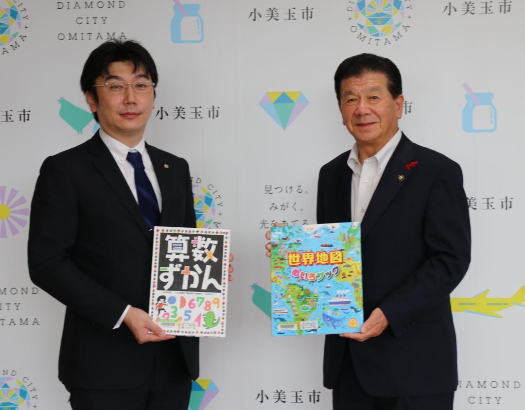 茨城県小美玉市に児童図書寄贈 十和運送の画像