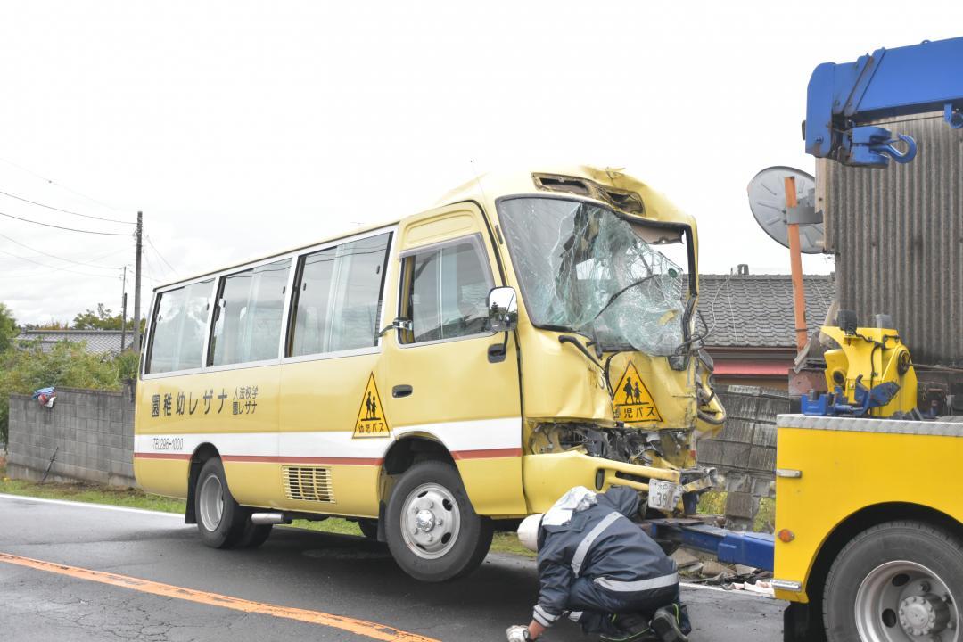 衝突し前部が大破した幼稚園送迎バス=那珂市鴻巣