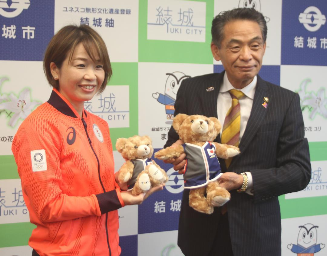 小林栄結城市長(右)に東京五輪の結果を報告した中山由起枝選手=結城市役所