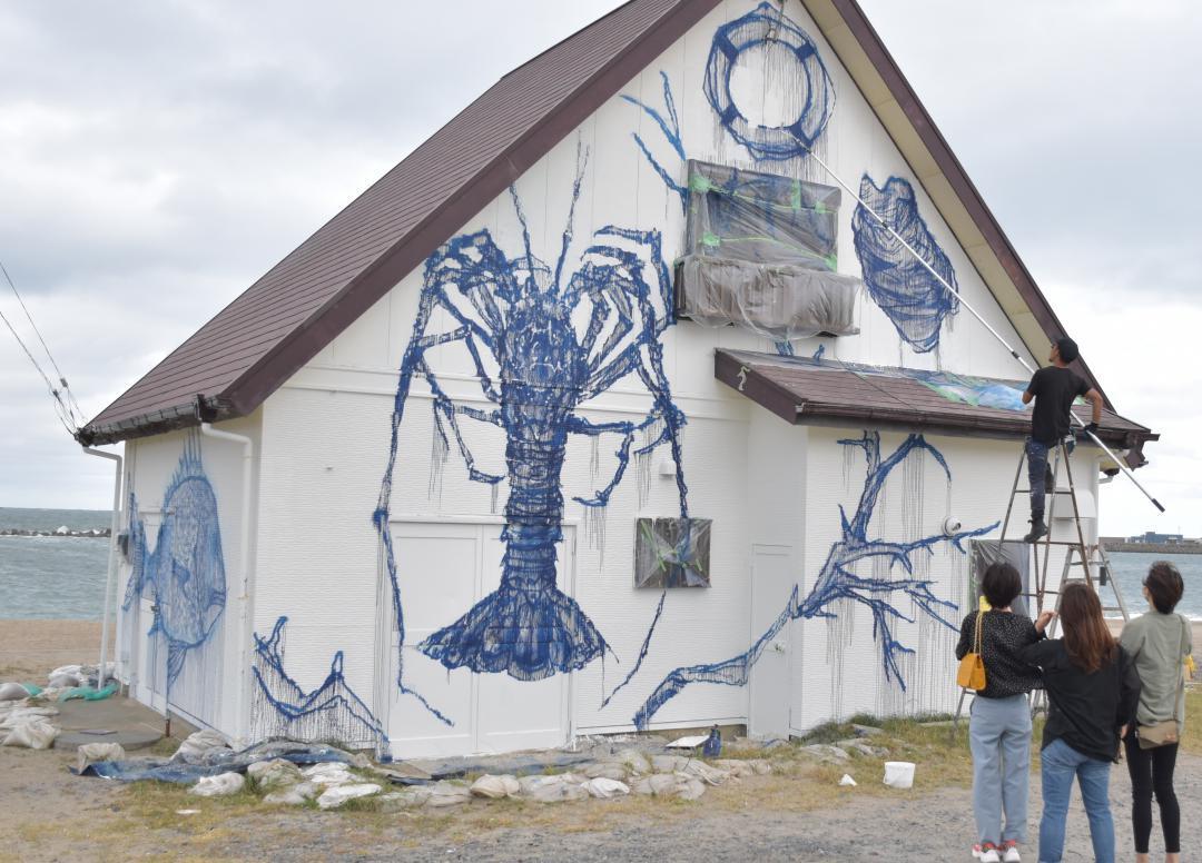 建物の壁に絵を描く「阿字ケ浦ミューラルプロジェクト」=ひたちなか市阿字ケ浦町