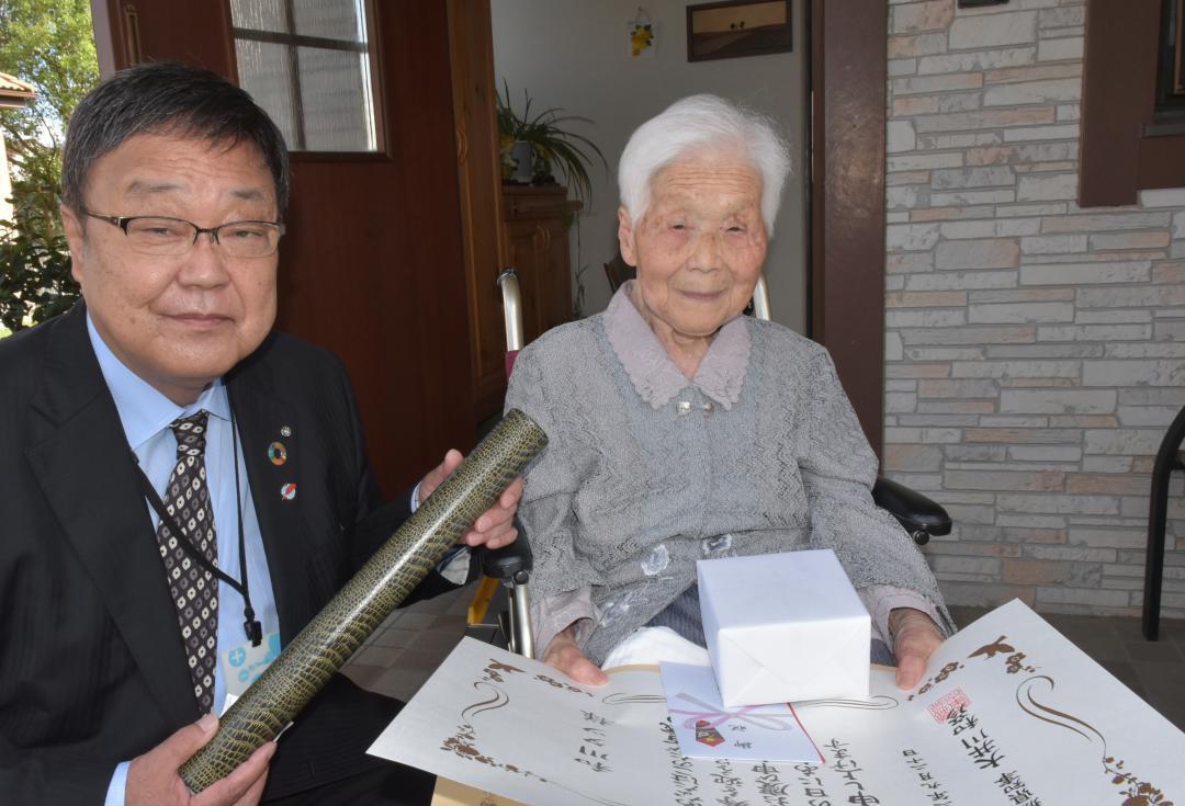 和川さんの100歳祝う 茨城・利根町長が褒状の画像