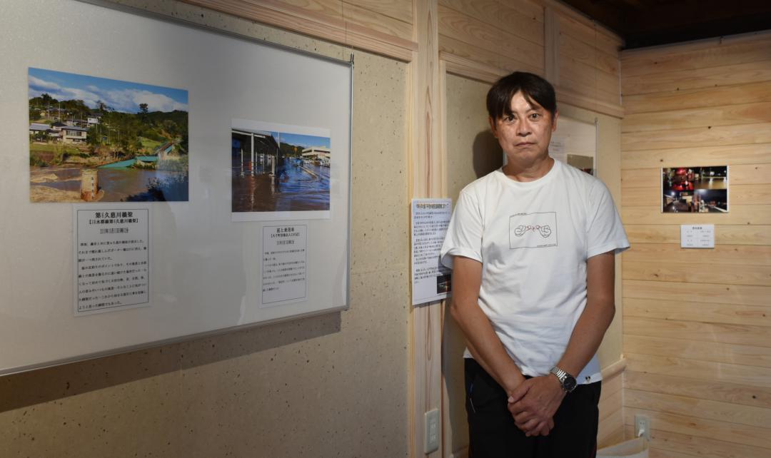 撮影した写真など記録展を開く高瀬一仁さん=大子町大子のドレメ美術館