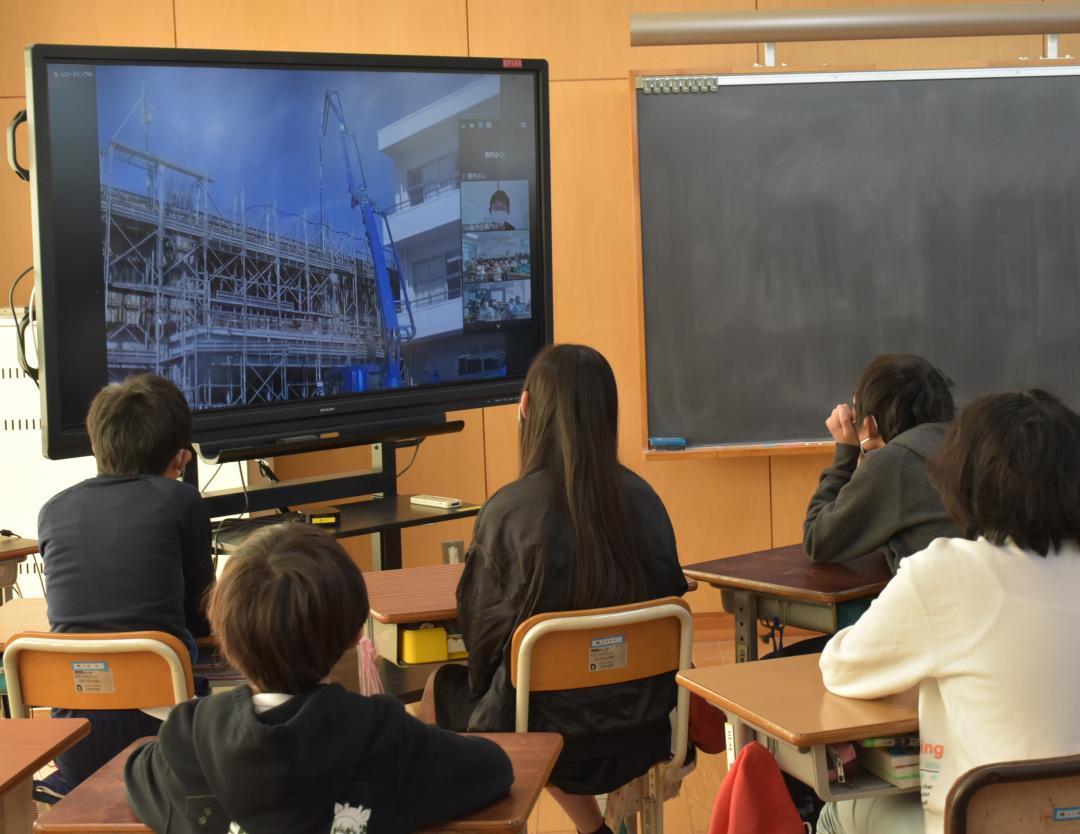 校舎工事、リモート中継 茨城・守谷の黒内小 現場の様子、児童視聴の画像