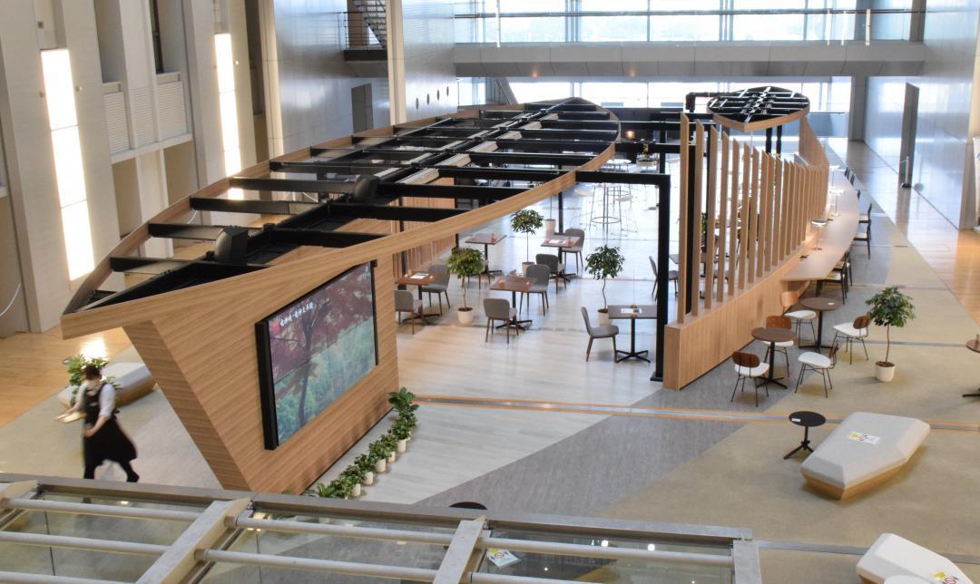 リニューアルオープンした共用空間「アトリウム」=県庁11階