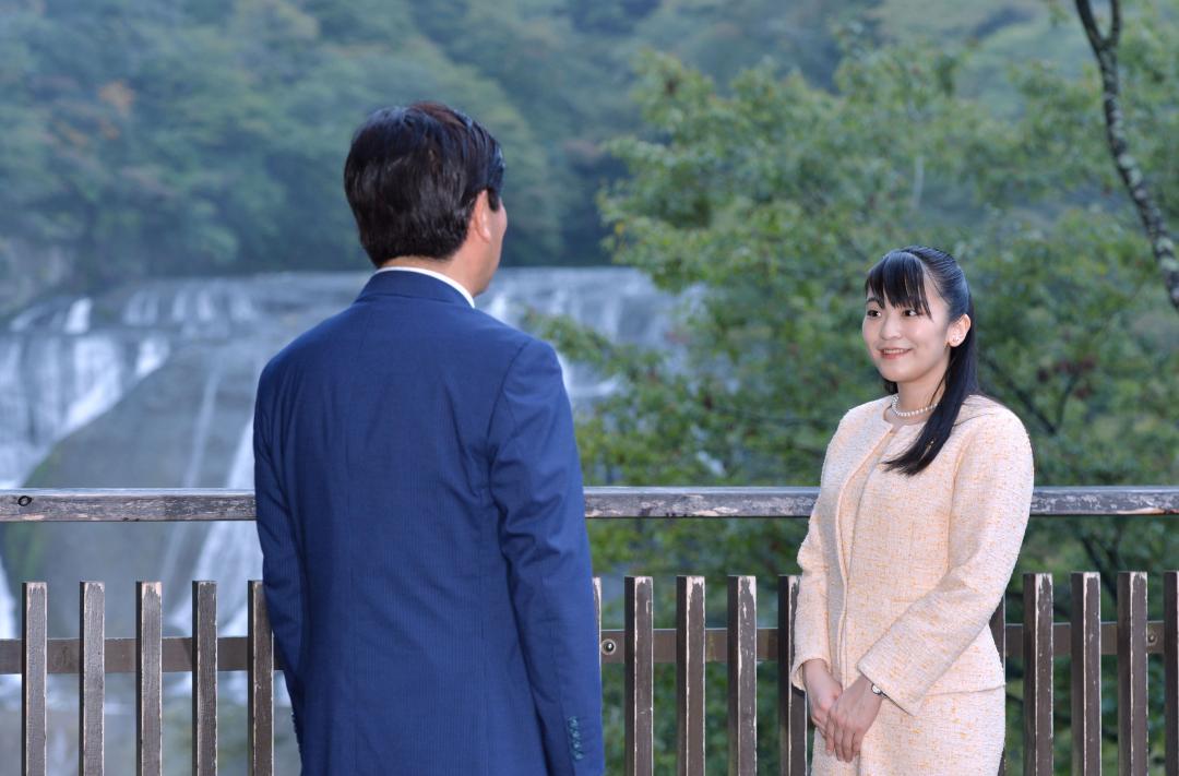 茨城国体の式典出席に合わせ、袋田の滝を訪れた秋篠宮家の眞子さま(当時)=2019年10月7日、大子町袋田